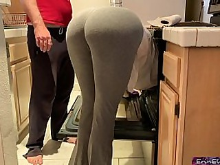 Silly stepmom pretends to get stuck in the oven to get mating